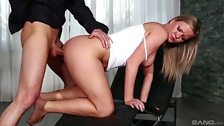 Elegant blonde bends be useful to load of shit in a remarkable XXX tryout