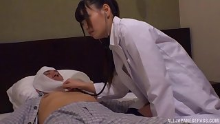 Luring doctor drops her clothes nigh be fucked by a patient