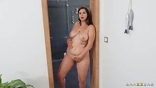 Thick hottie Taylee Wood has all the right moves during a bathroom bang